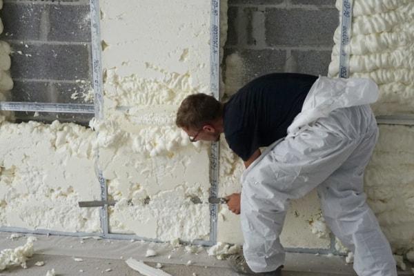"""Une des techniques de projection de la mousse polyuréthane consiste à la laisser """"s'expandre"""" naturellement. Elle est ensuite recoupée. [©ACPresse]"""