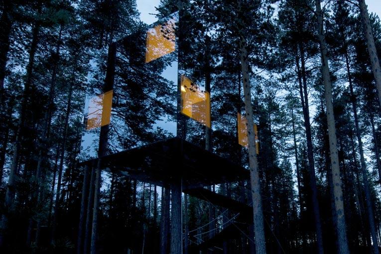 La façade du Mirrorcube est entièrement conçue de verre miroir. [Sa façade est entièrement conçue de verre miroir. [©Åke E:son Lindman]