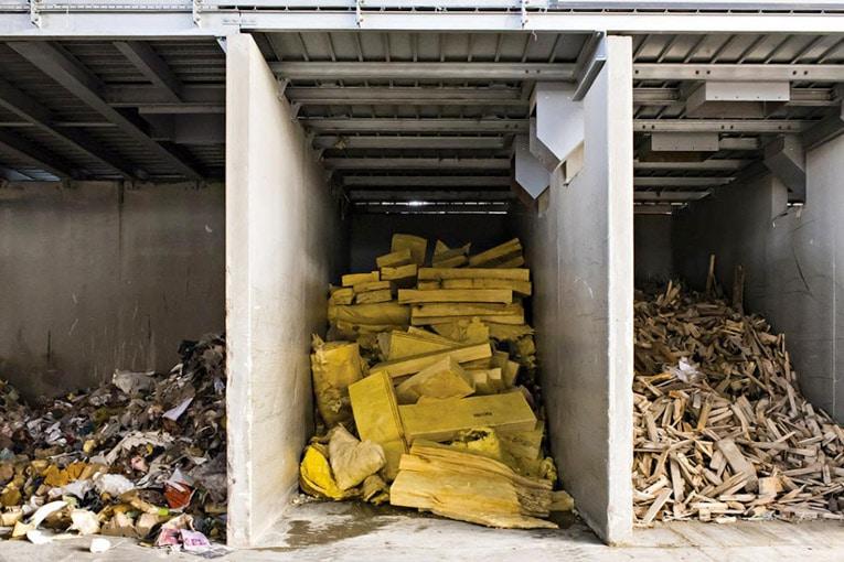 Près de 5 000 t/an de matières recyclées sont utilisées sur les sites de production d'Isover de laine de verre (la laine de verre est composée a minima de 40 % de verre recyclé) et 200 t de déchets récupérés sur les chantiers en 2019. [©Saint-Gobain]