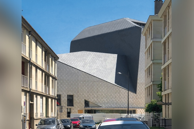 Le nouveau Théâtre du Beauvaisis s'inscrit dans un environnement urbain face à des petits immeubles de logements en R + 4 au maximum. [©AJC]