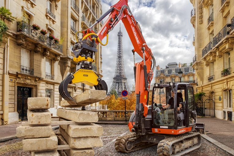 Engcon France prend un cliché de son tiltrotateur devant la tour Eiffel. [©Engcon France]
