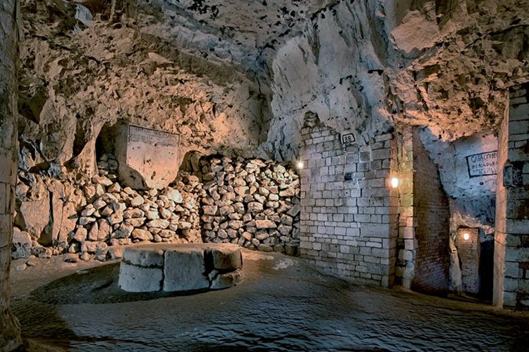 """Salle des anciennes carrières de Naours, rebaptisée """"Salle des fêtes"""" par l'abbé Danicourt. [©Dominique Bossut]"""