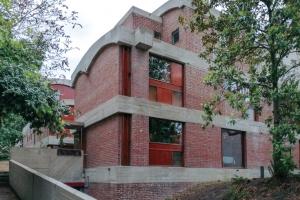 Le Corbusier a aussi imaginé les Maisons Jaoul après la Seconde Guerre mondiale. Ces deux habitations atypiques ont été créées pour la famille du même nom. [©Novbéton/Fondation Le Corbusier/ADAGP]