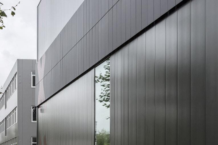 Bandeau de panneaux photovoltaïques en complément du tapissage complet de la toiture. [©Lucas van der Wee]