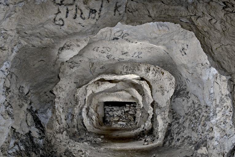 Tout au fond de la carrière de Dreslincourt (60), un boyau de craie est le témoin d'inscriptions de soldats allemands sur le plafond du couloir.