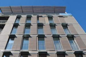 RE 2020 : A Montreuil (93), en façade, seul le bois est biosourcé. [©A003architectes]
