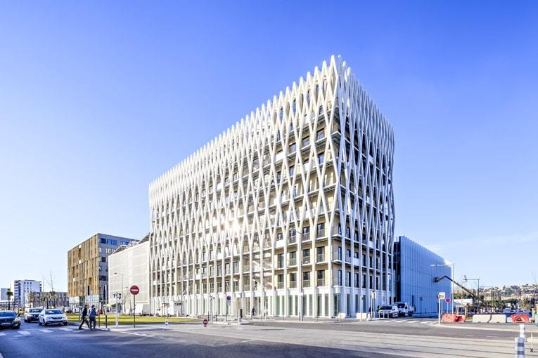 Livré et entièrement commercialisé, le Palazzo Méridia sera animé par de nombreuses et significatives jardinières participant à la performance bioclimatique de l'ouvrage.    [©Nexity-Antoine Duhamel]