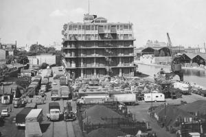 En 1950, on recense 489 camions sortant des entrepôts de Pantin. En 1957, on en compte 2 710. Puis 14 969 en 1964, soit 41 véhicules par jour en moyenne. Quinze ans plus tard, on en comptera plus de 20 000 ! [©Ville de Pantin]