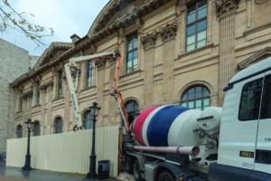 La pompe est positionnée dans la cour du palais du Louvre, dans une zone sécurisée. [©ACPresse]