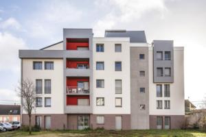 La façade a été dessinée comme si l'immeuble était neuf et au goût du jour, ce qui indique au passage que l'ITE de rénovation et de façon générale, n'est plus aujourd'hui en contradiction avec la qualité architecturale en conception initiale. [©Fred Pieau Le Mans 72]