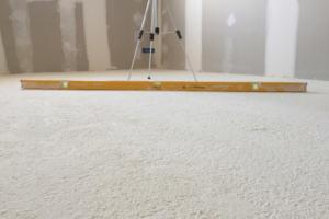 L'isolation en polyuréthane projetée permet d'atteindre une excellente planéité avec 2 mm sous la règle des 2 m. [©Europiso]