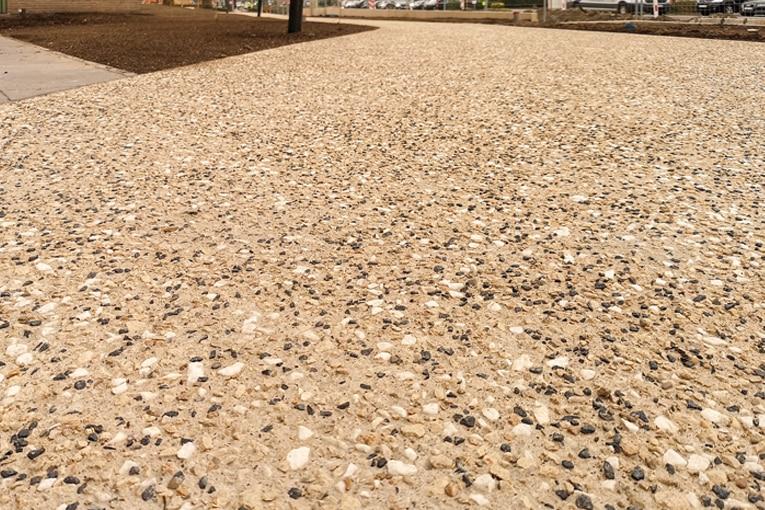 L'esplanade entourant le centre culturel De Spil bénéficie, depuis peu, d'un nouveau revêtement en béton désactivé tricolore : sable, blanc et noir.  [©Ghent Aggregates]