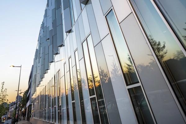 Le nouveau Green Office affiche une façade remarquable, lisse, brillante, et seulement relevée par quelques ouïes verticales de section triangulaire. [©Sto]