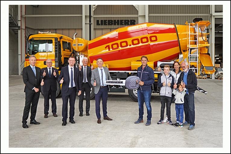 Le directoire de Liebherr (à gauche) s'est réuni pour offrir les clefs de la 100 000e toupie produite à l'entreprise Heinz et à ses représentants (à droite). [©Liebherr]