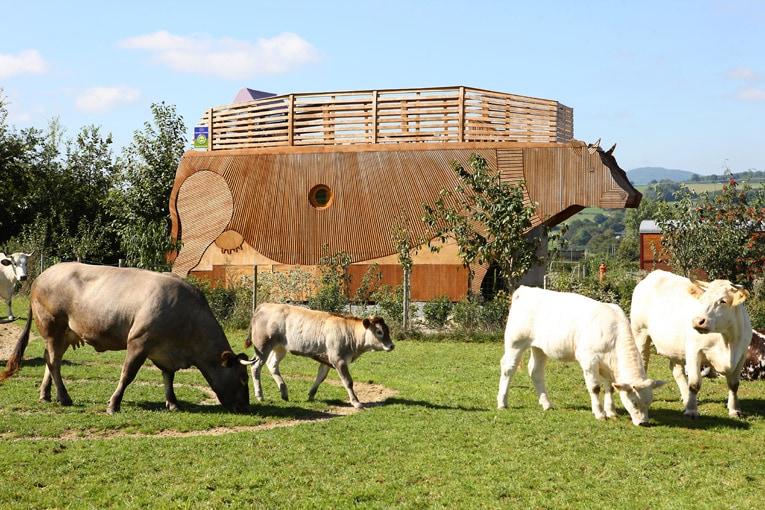 L'écolodge en forme de vache géante répond aux critères de respect de l'environnement garantis par un label environnemental [©Diverti'Parc]