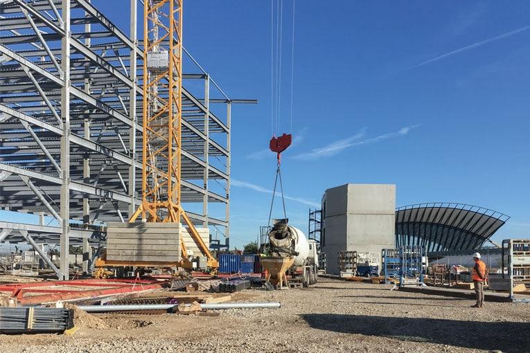 Construction du futur parking aérien de l'aéroport de Lyon Saint-Exupéry. [©Cemex]