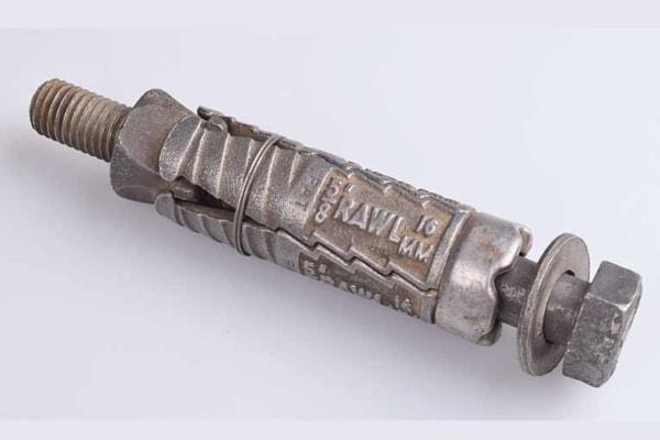 Rawlplug a breveté le premier ancrage mécanique de l'histoire en 1934. [©Rawlplug]