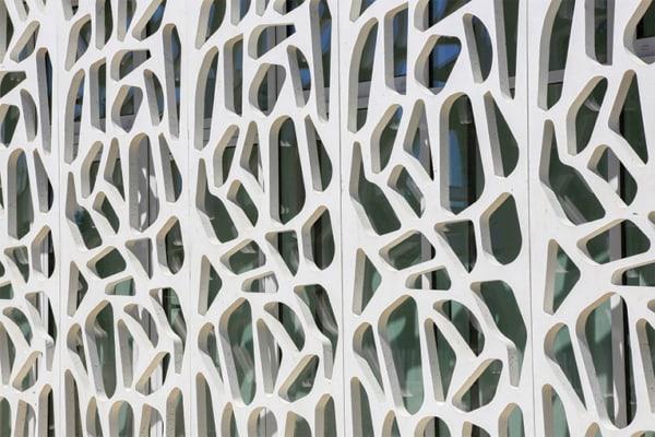 Elégante résille réalisée en béton, intégrant le ciment Effix Arca de Ciments Calcia. [©Ciments Calcia]