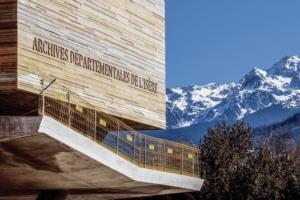 """L'engravure """"Archives départementales de l'Isère"""" indique sans doute possible la nature du lieu et inscrit la construction dans le temps. [©Cr&on]"""