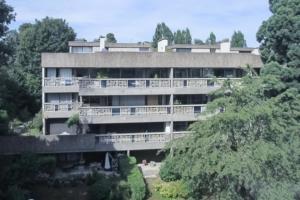La résidence des Pierres Levées a été rénovée de façon à conserver l'esprit minéral des bâtiments originels. [©Novbéton]