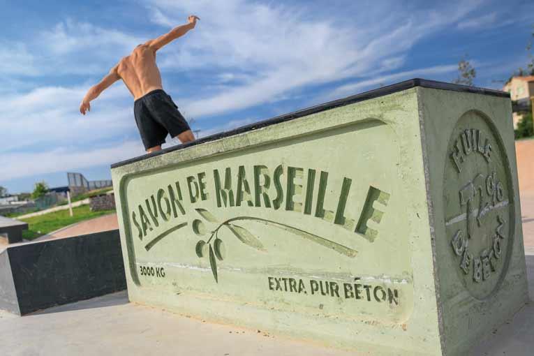 """Un savon de Marseille, estampillé """"extra pur béton"""", sert de support aux figures des skaters.  [©Bronzo Perasso]"""