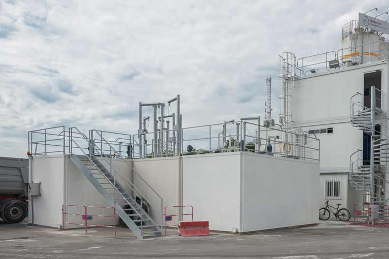 L'unité de traitement des eaux chargées et des retours de béton est accolée à la centrale à béton. [©ACPresse]