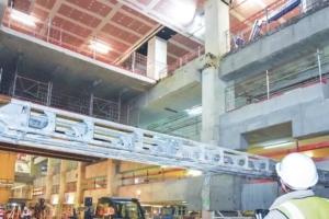 """La """"faille"""" est la trémie d'accès au chantier de la gare souterraine Eole La Défense, opérée à travers plusieurs niveaux de parking. [©Gérard Guerit]"""