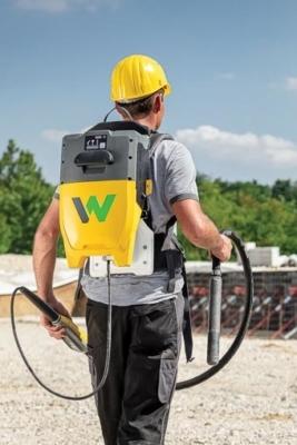 Wacker Neuson lance l'ABCe, une aiguille vibrante alimentée par une batterie logée dans un sac à dos. [©Wacker Neuson]
