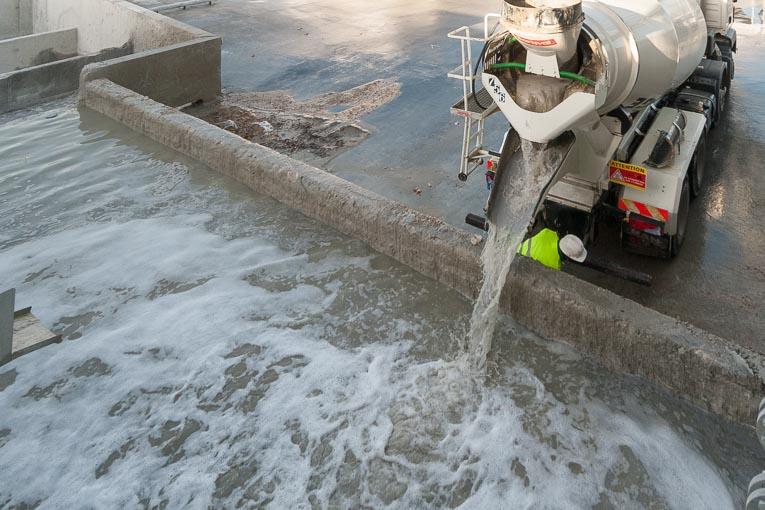 Vidange des eaux de lavage d'une toupie dans un bassin de décantation.