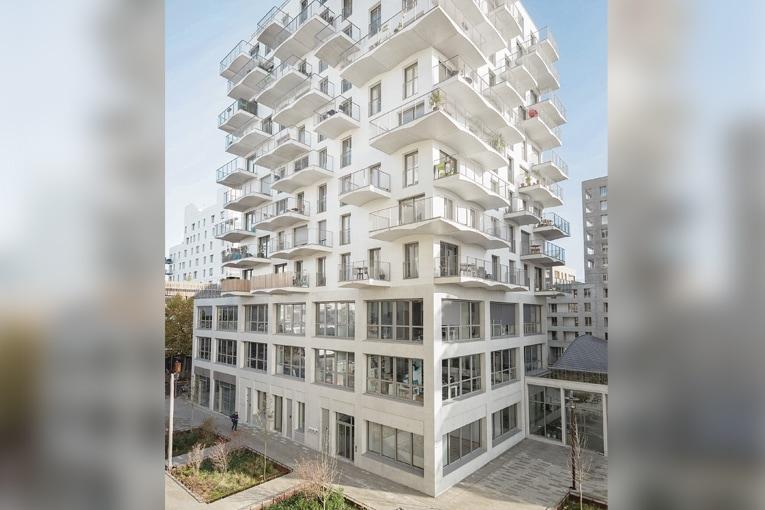 Sur le bâtiment en R+11, les balcons prennent la forme de voûtes catalanes et constituent la véritable signature du projet. [©Hardel Le Bihan Architectes/Schnepp Renou]