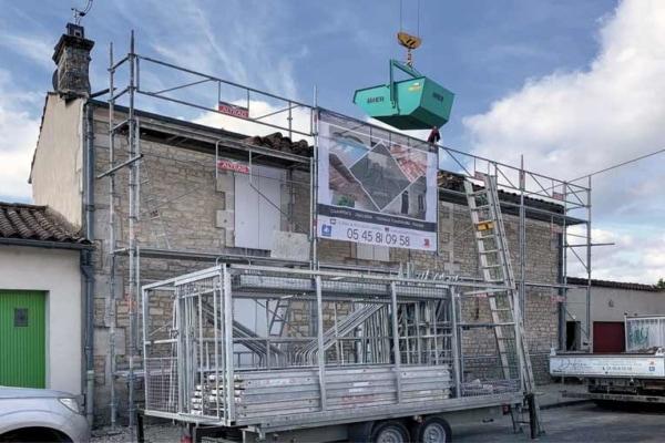 Afin d'assurer une quantité suffisante d'échafaudages pour une façade standard, Dufrêne Rénovation a mis au point un système d'échafaudages transportés sur remorque en racks. [©Dufrêne Rénovation]