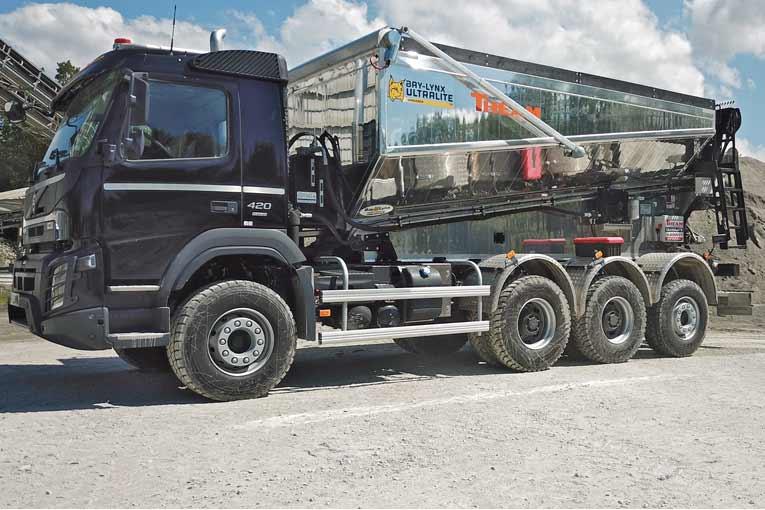 Le camion Ultralite permet de charger, décharger et épandre simplement les matériaux.  [©2DTV]