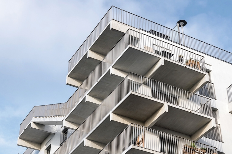 Pour Legendre, c'était une évidence préfabriquer les balcons. Couler ces éléments en place n'aurait jamais permis d'obtenir le résultat escompté. [©Legendre/Atypix]