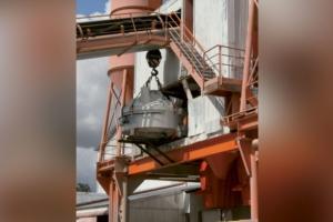 Installation d'un des deux nouveaux malaxeurs Teka au sein de la centrale à béton de l'usine Cibetec. [©Cibetec]
