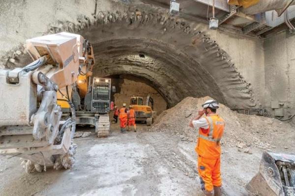 """Début de la construction de la demi-section supérieure de la """"caverne"""", au niveau de l'ouvrage d'intersection OA 807. [©ACPresse]"""
