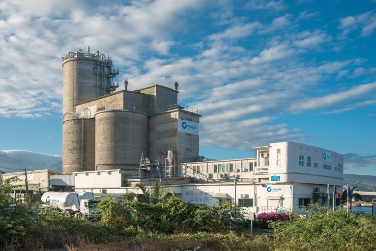 Sur l'île de La Réunion, le terminal cimentier Teralta offre une capacité de stockage de 17 800 t de ciments en vrac. Et intègre une unité d'ensachage. [©ACPresse]