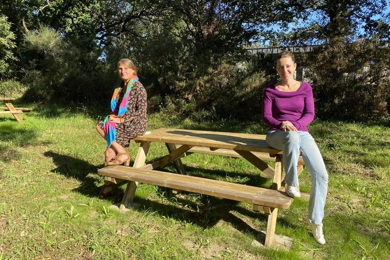 De gauche à droite : Mathilde de Matteis, service technique, et Alexandra Grolleau, relations entreprises à la Capeb Morbihan. [©Capeb]