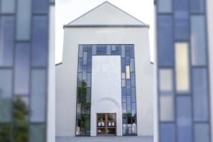 Cibetec a produit deux panneaux en béton de poudre de Carrare poli, pour orner l'entrée de l'église d'Asnières-sur-Seine. [©Cibetec]