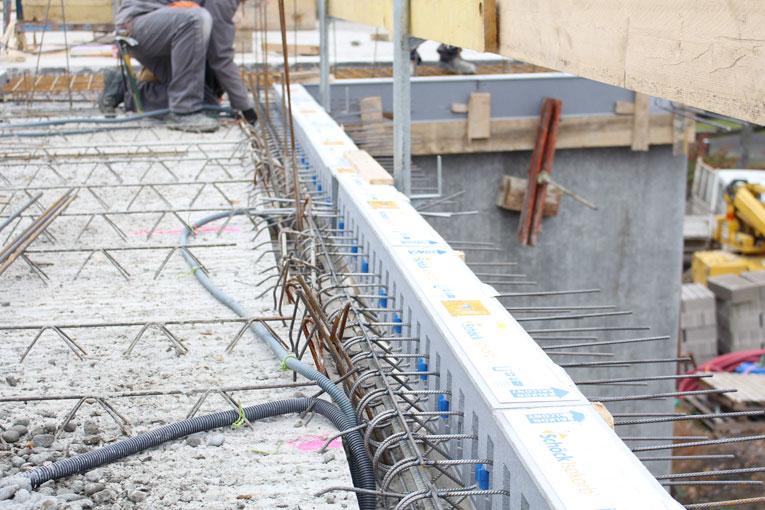 Mise en oeuvre sur chantier des rupteurs Schöck Isokorb QXT. [©Schöck - Sébastien Dardard]