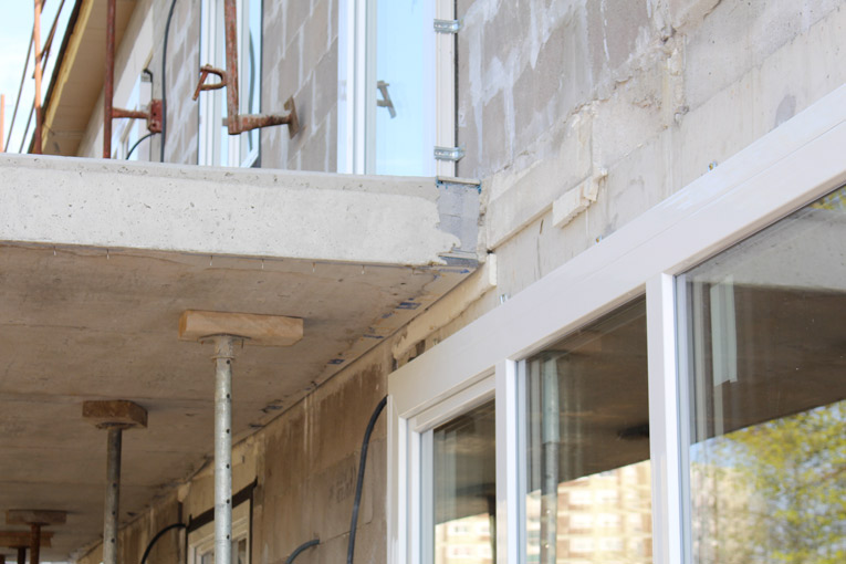 Mise en oeuvre sur chantier des rupteurs Schöck Isokorb KXT pour assurer la continuité de l'isolation au niveau des balcons en porte-à-faux. [©Schöck - Sébastien Dardard]