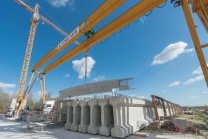 Les éléments préfabriqués peuvent atteindre les 50 t, soit la capacité maximale de levage des ponts roulants de l'usine. [©ACPresse]