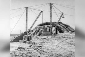 Pour reconstituer une falaise artificielle, on construit deux énormes dômes en béton armé à l'intérieur desquels sont abrités les spéos1. [©Unesco]