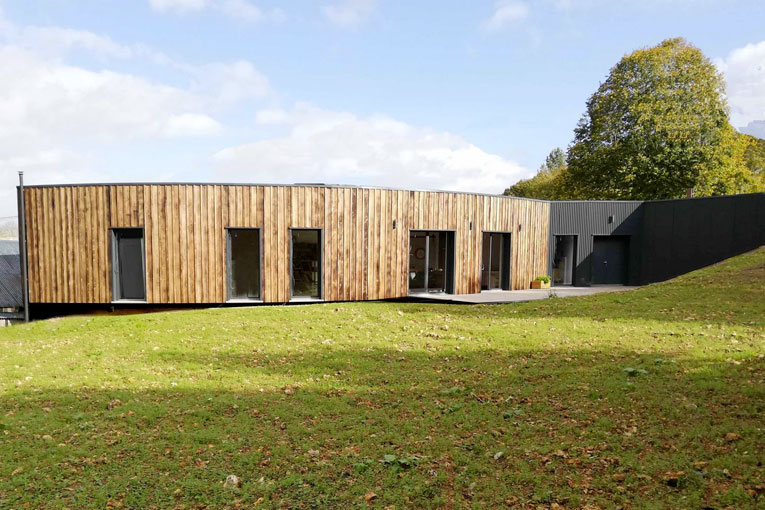 Maison bois-paille à Dangeau (28), par A-Sphère Architecture, candidate au Prix national de la construction bois 2020. [©Yann Roinnel]