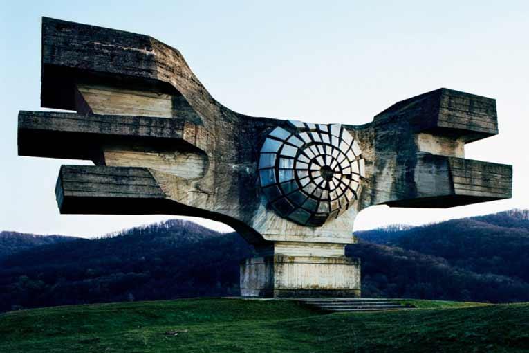 Les ailes d'aigle du Spomenik conçu par le sculpteur croate Dusan Dzamonja, en 1967, près de Podgaric, en Croatie, représentent de manière stylisée les ailes de la liberté. [©Jan Kempenaers]