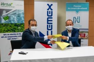 A gauche, Michel André, vice-président matériaux Europe de l'Ouest pour Cemex et de Julien Blanchard, co-fondateur de Hoffmann Green Cement Technologies. [©Cemex]