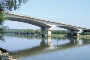 C'est en 1960 que Roger Lacroix rejoint la SGE, revenant aux sources du génie civil. Il réalise alors le premier pont d'Oissel (76). [©Freyssinet]