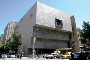 Tel un bunker sorti de terre, le Whitney Museum de New York : une accumulation de quatre rectangles couchés en gradins. [©DR]