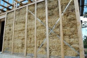 La paille s'intègre dans un système constructif complet. Elle reçoit un enduit extérieur à base de terre et de chaux. [©Gérard Guérit]