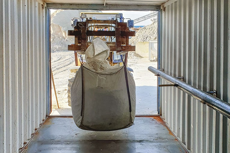 Durant une première phase de test, des big bags ont été déposés à l'intérieur du conteneur et soumis à une atmosphère chargée en CO₂. [©Clamens]