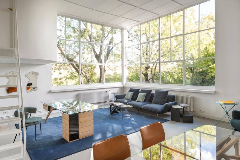 """L'espace intérieur de la maison Ozenfant, pur et clair, met en scène les meubles de la collection 2020 """"Back to Emotion"""". [©Zanotta]"""